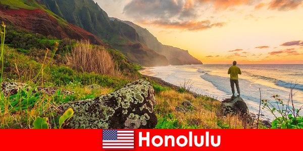 Honolulu é conhecida pelas praias, mar, pôr do sol para o bem-estar e férias relaxantes
