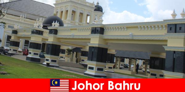 Johor Bahru, a cidade portuária, não só atrai fiéis à antiga mesquita, mas também turistas