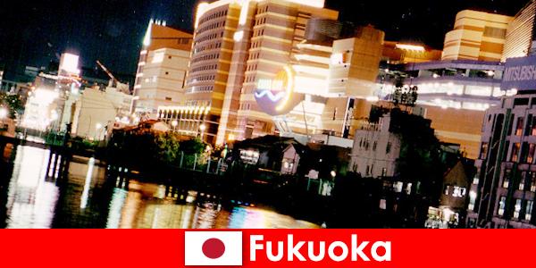 As inúmeras discotecas, boates ou restaurantes de Fukuoka são um ponto de encontro importante para os turistas