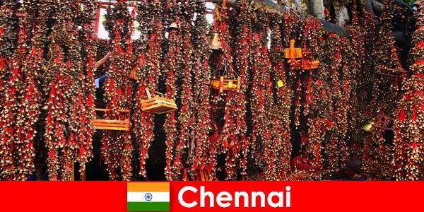 Sons e danças nativas no templo aguardam estranhos em Chennai, Índia