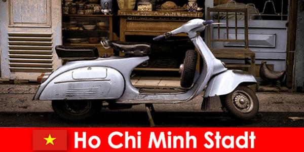 A cidade de Ho Chi Minh, Vietnã, oferece aos turistas passeios de motocicleta pelas ruas movimentadas