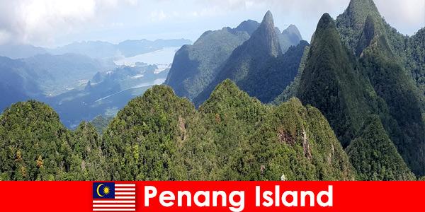 Os turistas exploram o ar livre com o funicular na Ilha de Penang, Malásia