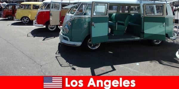 Estrangeiros alugam carros baratos em Los Angeles, Estados Unidos, para passear
