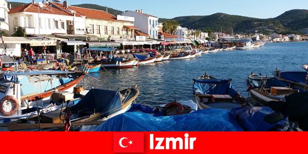 Viajantes ativos viajam diariamente entre a cidade e a praia em Izmir, Turquia