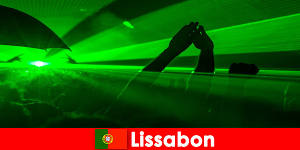 Noites discotecas populares na praia para jovens turistas em Lisboa Portugal