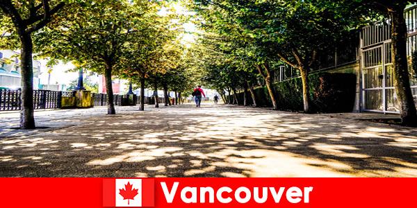 Os guias da cidade de Canadá Vancouver acompanham turistas estrangeiros aos cantos locais