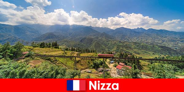 De trem pelas aldeias e montanhas no interior de Nice, França