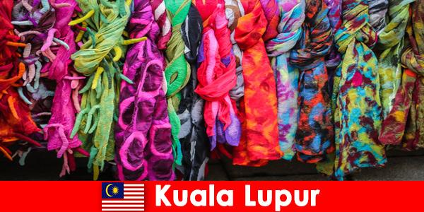 Turistas culturais em Kuala Lumpur, Malásia, experimentam a excelente habilidade artesanal