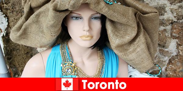 Os visitantes podem encontrar todos os tipos de lojas peculiares no cosmopolita centro de Toronto, Canadá