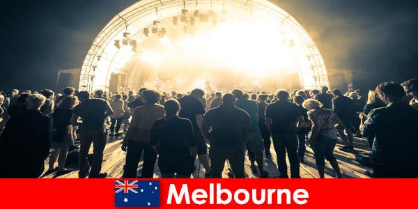 Estranhos comparecem aos concertos ao ar livre em Melbourne, Austrália todos os anos