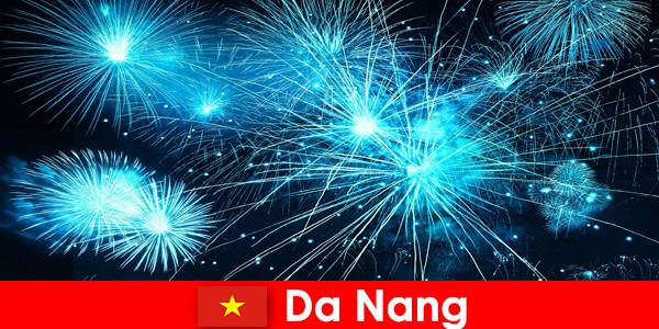 Turistas de Da Nang Vietnã assistem a espetáculos de fogo de tirar o fôlego durante o jantar