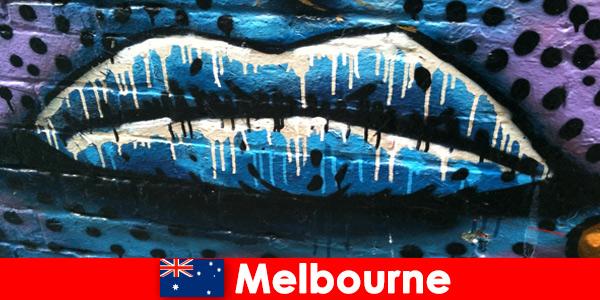 Os viajantes admiram as artes de rua mundialmente famosas de Melbourne, Austrália