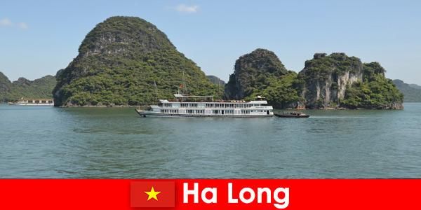 Os cruzeiros de vários dias para grupos turísticos são muito populares em Ha Long, Vietnã