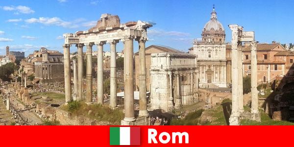 Passeios de ônibus para hóspedes europeus nas antigas escavações e ruínas em Roma, Itália
