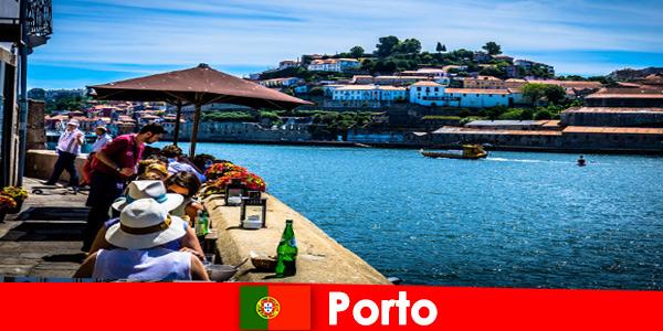 Destino de curtas férias aos excelentes restaurantes de peixe do porto de Porto Portugal